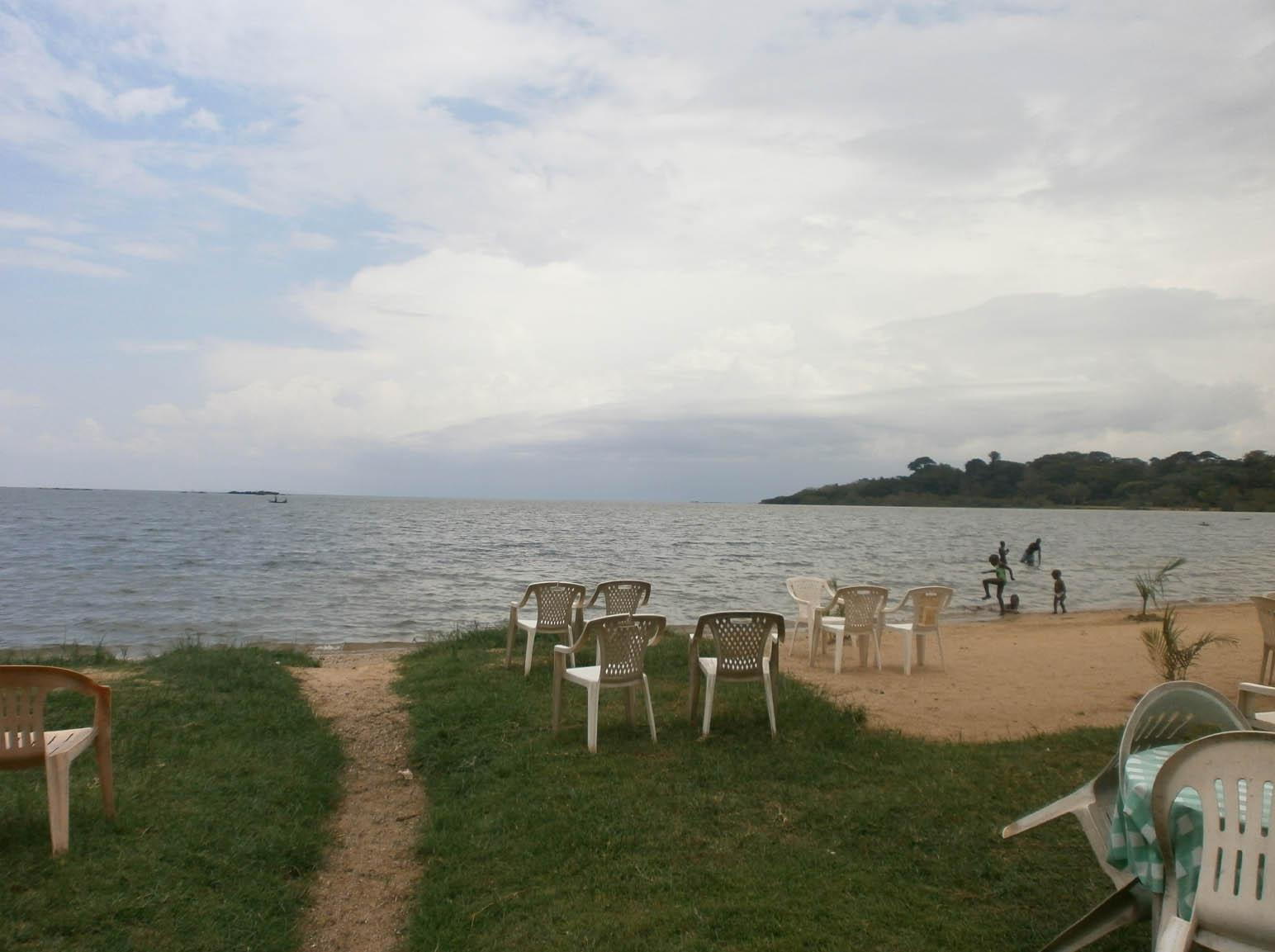 Le sponde del Lago Vittoria. C'erano dei ragazzini che facevano il bagno e sedie e tavolini, alcuni dei quali occupati da turisti (Foto: I.Toni).