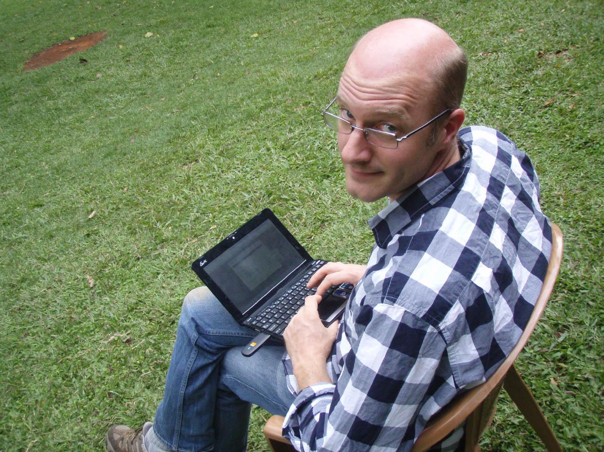 Alexander Wild è stato il nostro collegamento con il mondo esterno durante la permanenza nella Kibale Forest, sempre alla ricerca di un segnale per poter pubblicare gli aggiornamenti sul blog di Antweb (Foto: C. Moreau).