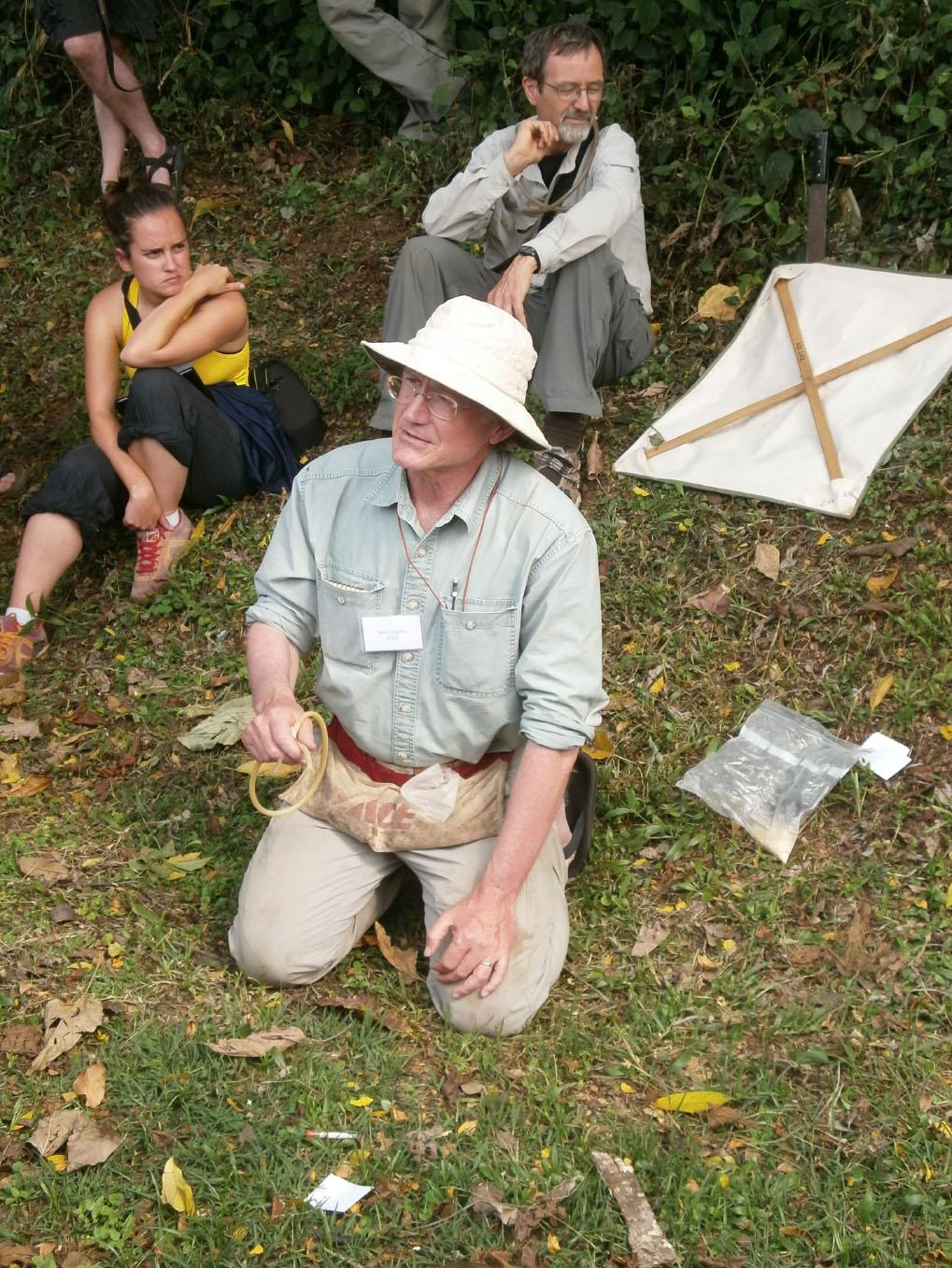 Jack Longino (University of Utah) mentre fa alcune dimostrazioni su varie tecniche per raccogliere le formiche  (Foto: I.Toni).