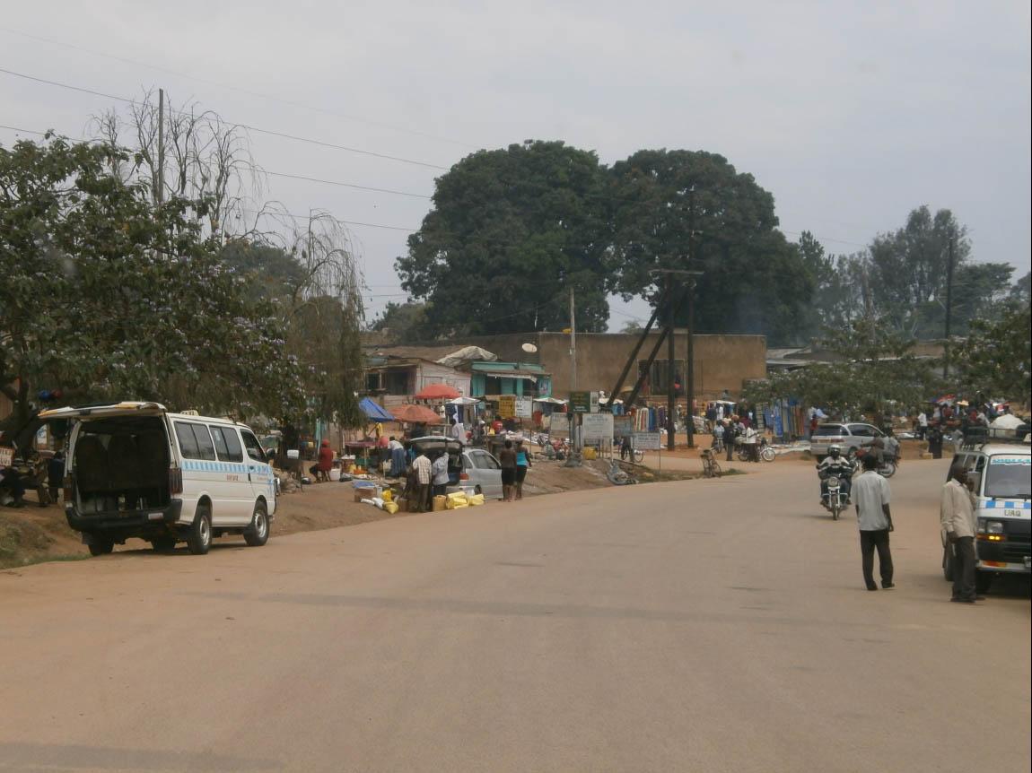 Le strade dell'Uganda, durante il tragitto da Entebbe (situata ad est del paese) alla Kibale Forest  (situata all'estremo ovest del paese) (Foto: I.Toni).
